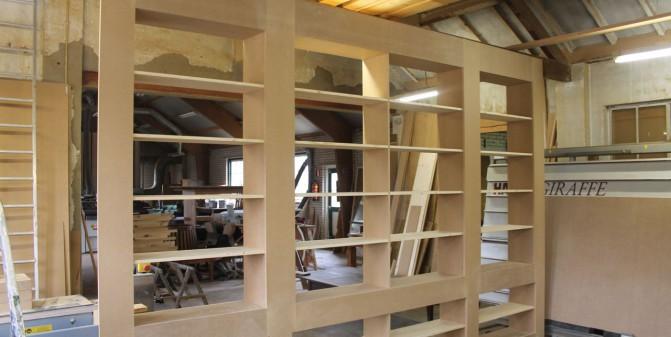 De boekenkast zonder deurtjes en lijsten kien met hout - Boekenkast hout en ijzer ...